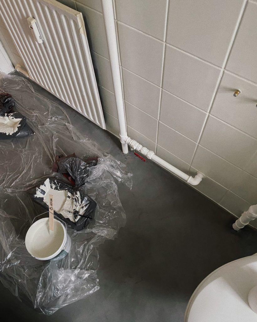 At male fliser på badeværelset